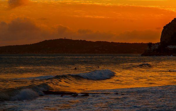 Les surfeurs sur la baie d'eze – paysage