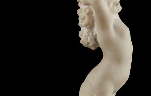 Sculpture en marbre blanc sur fond noir