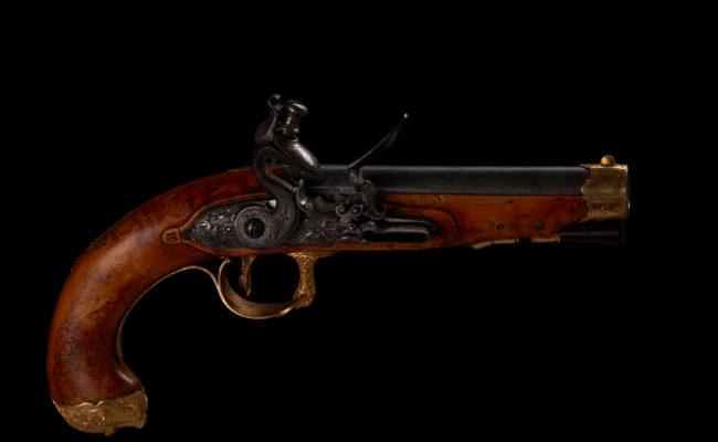 pistolet plaqué or et bois d'olivier