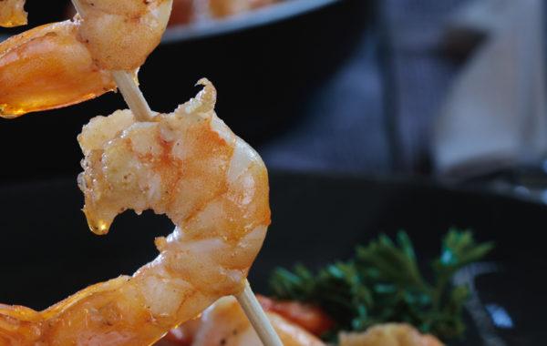 Brochette de crevettes en lumière mixte