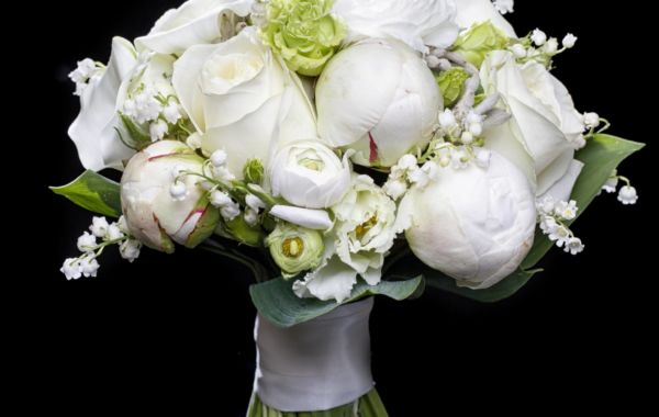 Photographie publicitaire – bouquet de roses blanches, pivoines et muguets