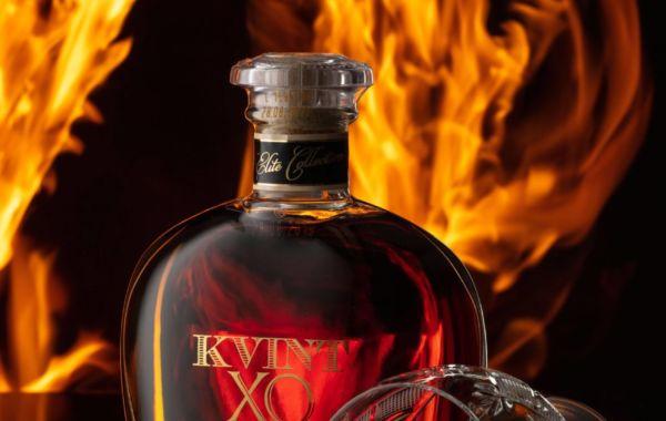 Bouteille de brandy avec le feu en arrière plan