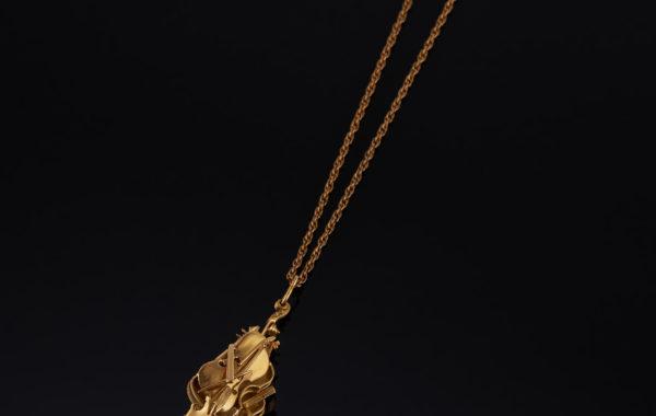 Pendentif or – Arman – photo pour catalogue